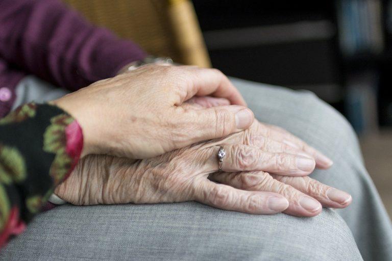 Mains d'une dame agee et une jeune femme